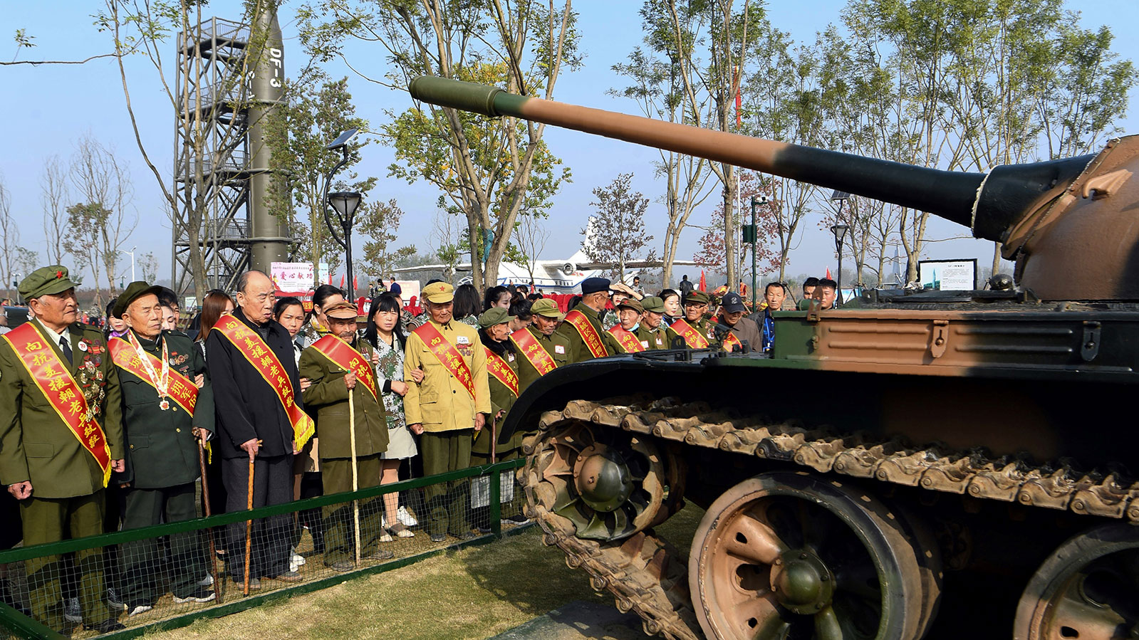 圖爲,2020年10月19日,一羣參加1950-53年朝鮮戰爭的中國退伍軍人,在安徽省亳州市的國防教育基地舉行紀念朝鮮戰爭70週年活動。(法新社)