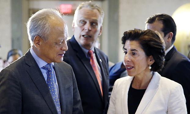 中国驻美国大使崔天凯(左)与被提名出任美国商务部长的雷蒙多(Gina Raimondo)(右)(美联社)