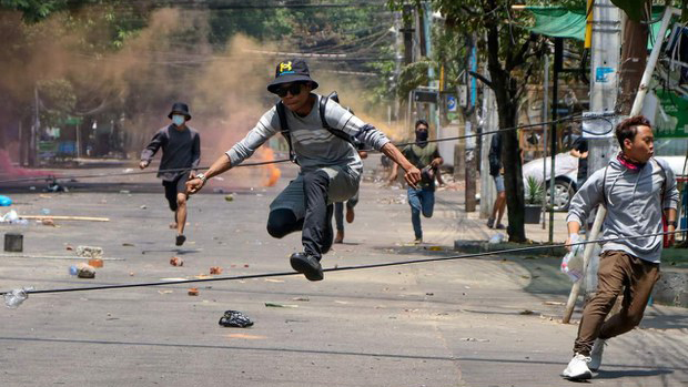 遭军警驱赶的缅甸示威民众(自由亚洲电台)