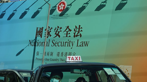 """香港街头的""""国家安全法""""广告牌(美联社)"""