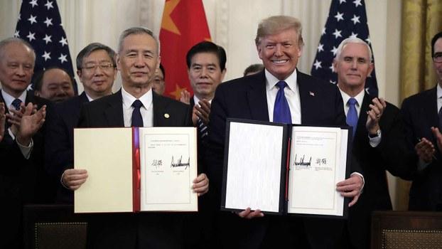 资料图片:2020年1月15日,美国总统特朗普(右)与中国副总理刘鹤在白宫签署第一阶段贸易协议。(美联社)