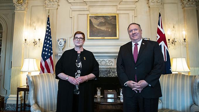 美国国务卿蓬佩奥会见澳大利亚外长佩恩(左)(美联社)