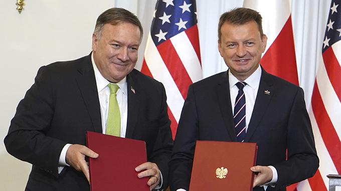 美国国务卿蓬佩奥(左)2020年8月15日访问波兰(美联社)