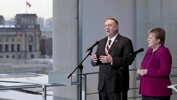 2019年11月8日,美国国务卿蓬佩奥(左)与德国总理默克尔在举行会谈前与记者见面。(美联社)
