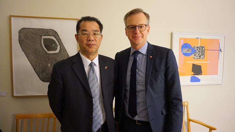 中国驻瑞典大使桂从友(左)会见瑞典企业与创新大臣丹贝里。(中国驻瑞典大使馆)