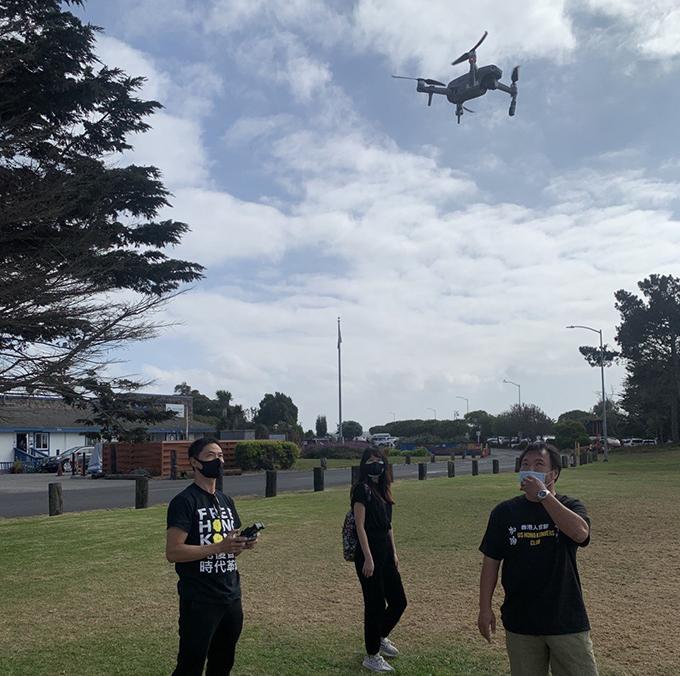 参加活动者在使用航拍机录制视频(孙诚拍摄)