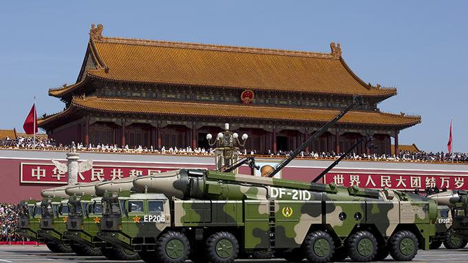 天安门前的中国弹道导弹方阵(美联社)
