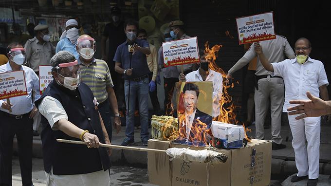 2020年6月22日,印度民众在首都新德里街头焚烧中国领导人习近平的画像。(美联社)