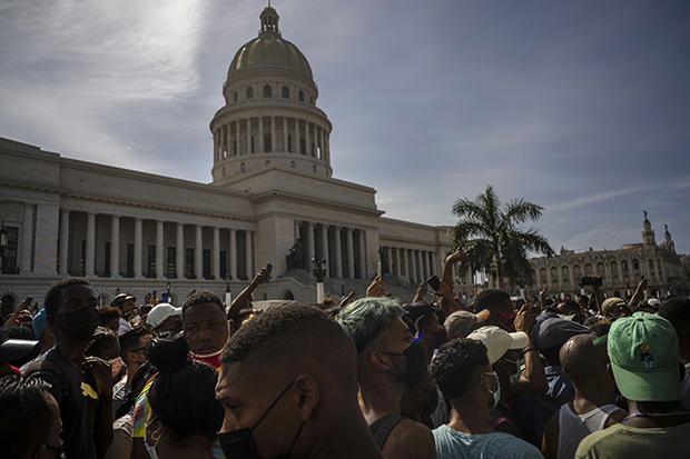 民众2021年7月11日在古巴国会前抗议示威(美联社)