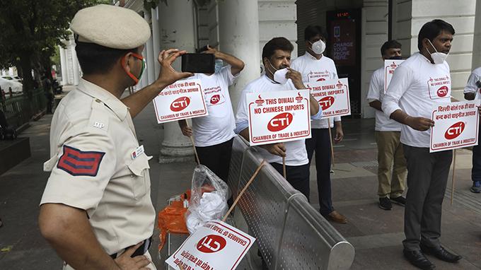 印度商人2020年7月3日在首都新德里举牌示威,呼吁禁止进口中国商品。(美联社)