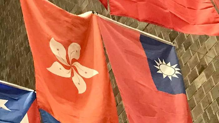 美国罗切斯特大学威尔逊学生活动中心悬挂的香港和台湾旗帜 (罗切斯特大学学生提供)