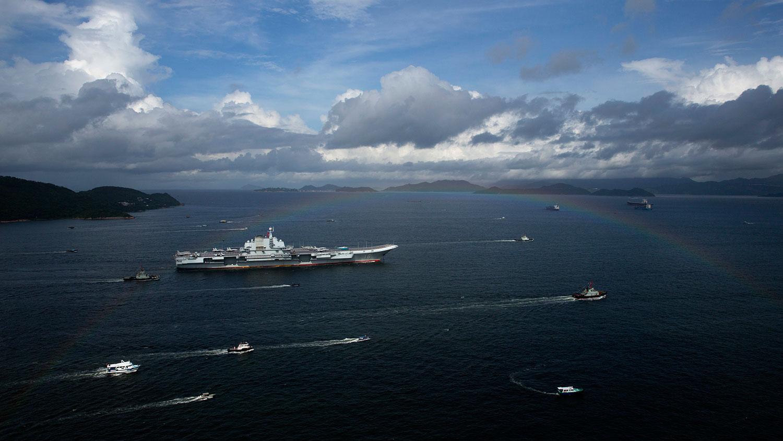 2017年7月7日,中国第一艘航空母舰辽宁号驶入香港。(美联社)