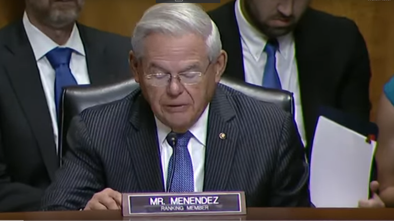 美国参议院外交委员会资深委员鲍勃·曼南德兹在听证会上讲话(视频截图/美国国会)