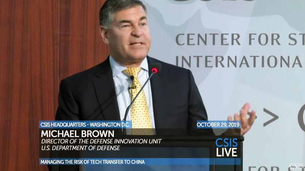 美国国防部国防创新小组主任米高・布朗。(视频截图/CSIS)