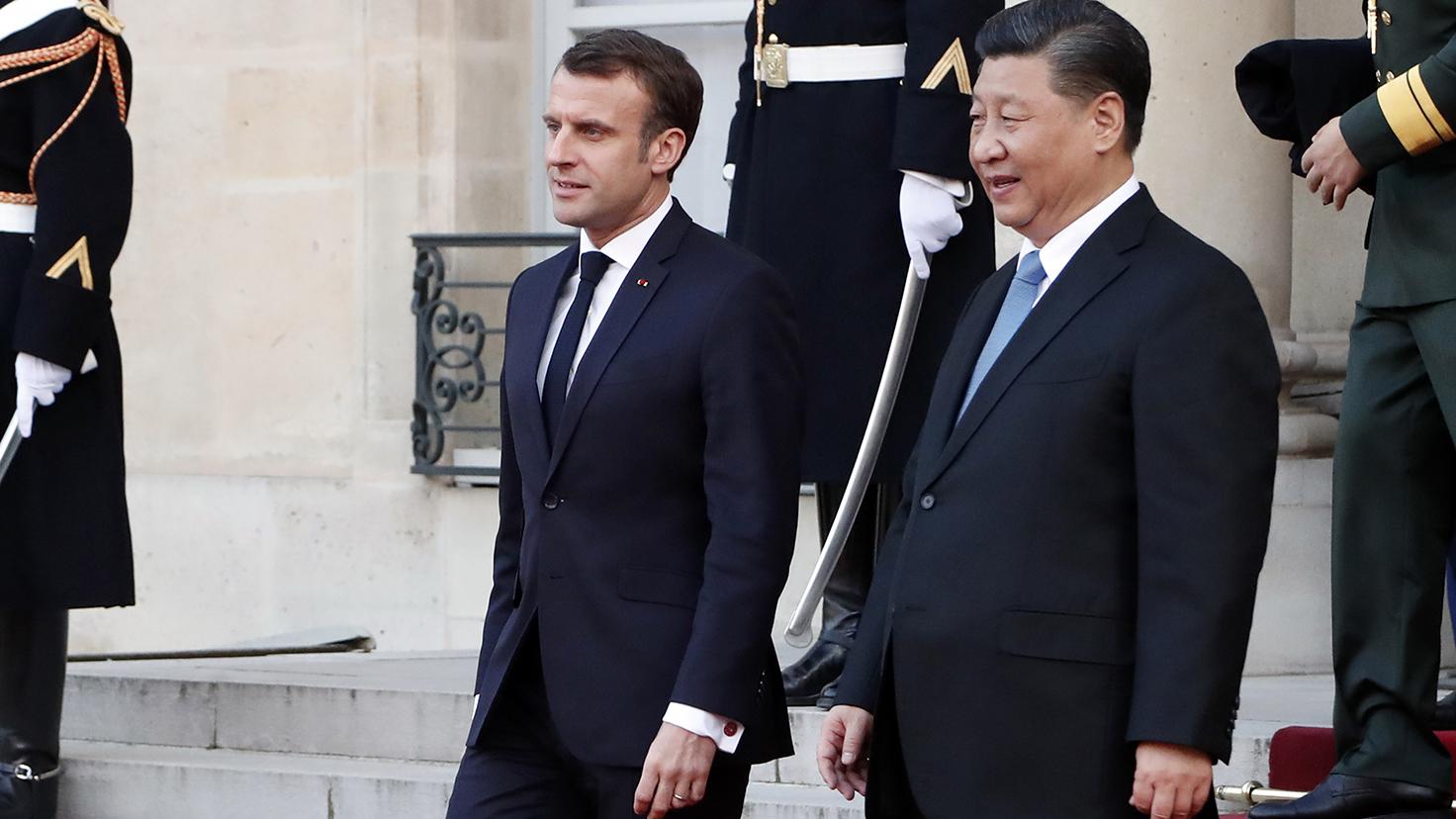 法国总统马克龙(左)接待来访的中国国家主席习近平。(美联社)