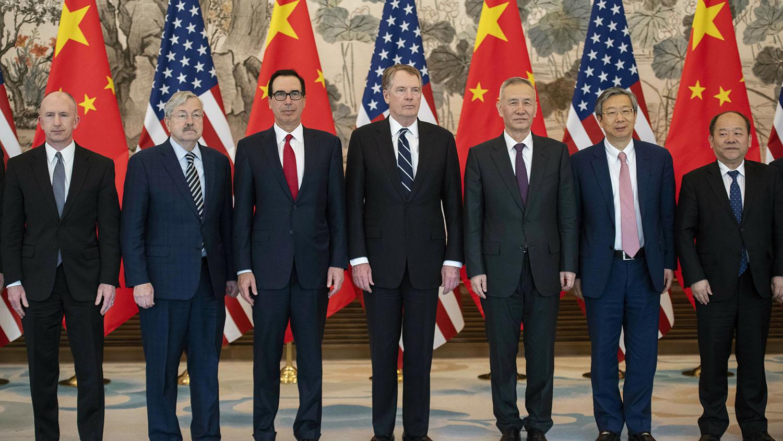 中美贸易谈判代表2019年3月29日在北京谈判会议结束后合影。(美联社)