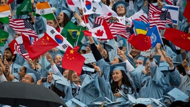 在美国参加毕业典礼的来自中国等国家的留学生(Public Domain)