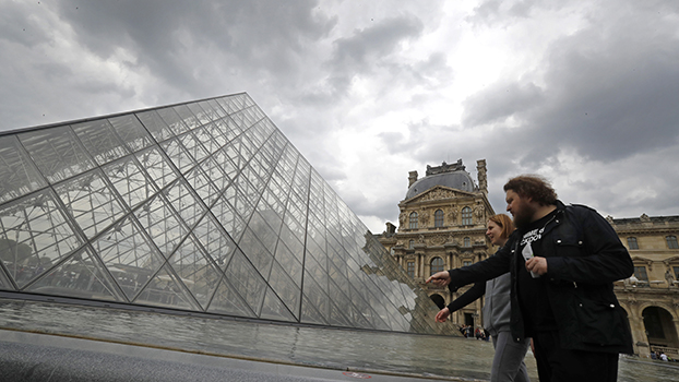 由贝聿铭设计的法国巴黎卢浮宫金字塔(美联社)