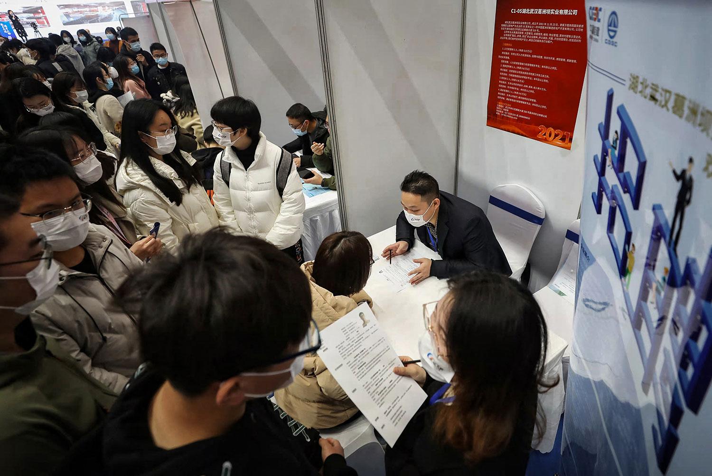 湖北省武汉市参加招聘会的求职者。 (法新社)