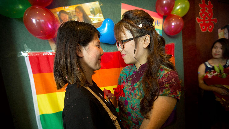 """2015年7月2日,中国一对女同性恋情侣在北京举行了简单的结婚仪式,向公众宣布她们""""结合""""。(美联社)"""