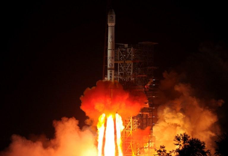 """资料图片:2013年12月02日,承载着月球车""""玉兔""""的中国登月探测器""""嫦娥三号""""从西昌卫星发射中心发射。(法新社)"""