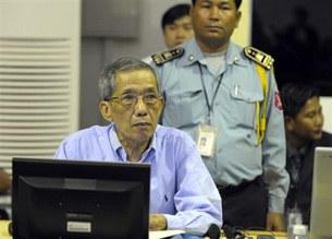 图片:柬埔寨特别法庭审讯前红色高棉高官康克由(法新社)