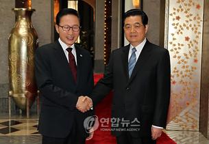 图片:李明博总统与胡锦涛主席在上海举行韩中首脑会谈。 (韩联社)