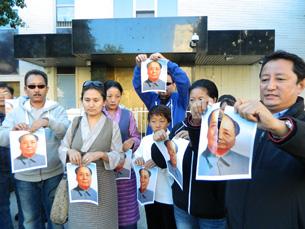图片:洛杉矶汉藏人士在中领馆前发起撕毛像、要人权行动。 (记者萧融拍摄)