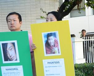 图片:驻洛中领馆紧闭大门,对门外抗议不做回应,仅由馆方人员探头观望。 (记者萧融拍摄)