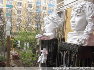 图片:艺术家严正学在家门口展览林昭、张志新雕塑  (严正学提供/记者心语)