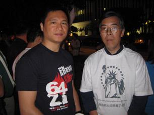 图片:王丹和吴仁华穿着六四文化衫参加六四追悼会。(萧融摄)