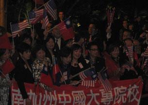 图片:马英九海外支持者在酒店外热情相迎。(记者萧融摄)