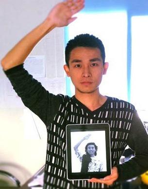 图片: 网友模仿王仲夏的姿势,呼唤王仲夏回家。 (王士奇提供/记者心语)