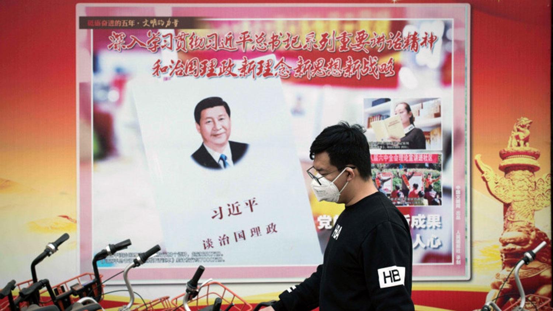 在北京市街上墙上贴着一张宣传习近平的海报。(法新社)