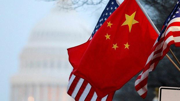 美国国会前飘扬的美中两国国旗。两国的贸易战眼下火药味十足。(路透社)