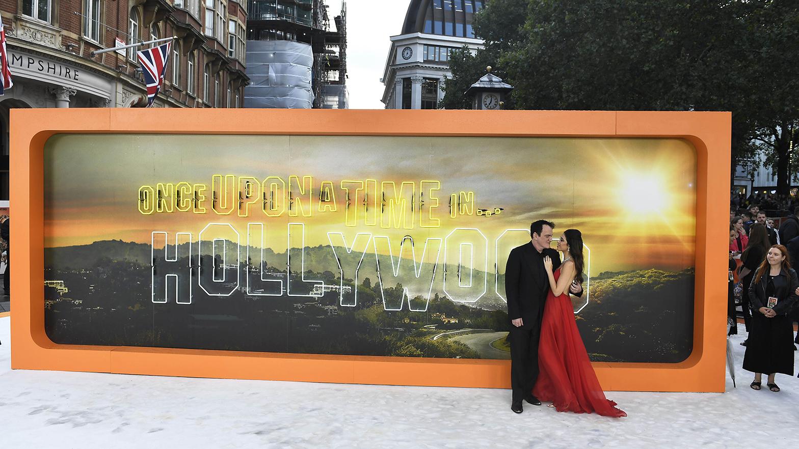 导演昆汀·塔伦蒂诺和太太在《好莱坞往事》首映式上。(美联社)