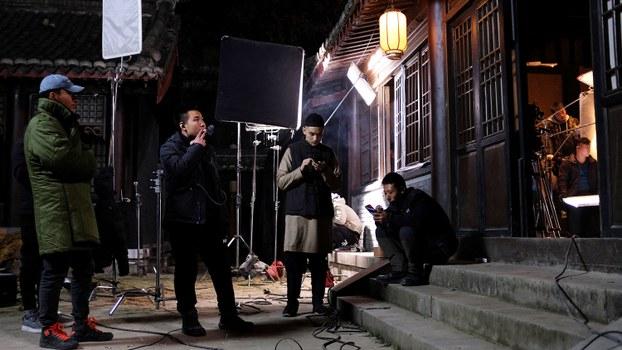 资料图片:中国横店影视城内正在休息的一部电视剧组成员(法新社)