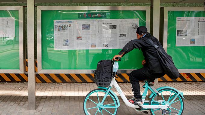 城市街道上的虚假信息宣传称赞中国政府对新冠病毒的应对(路透社)