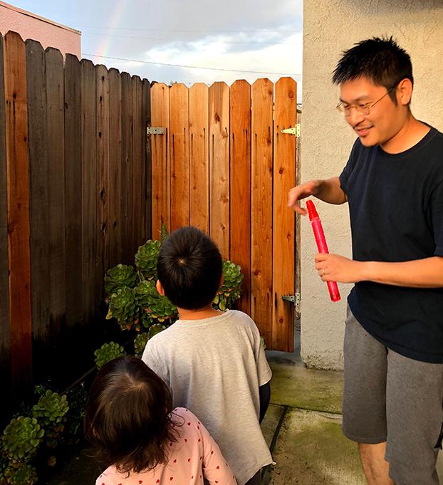 刘力朋一家定居美国。他正与中国数字时代合作,将公开审核员工作日志。(由刘力朋提供自由亚洲电台)
