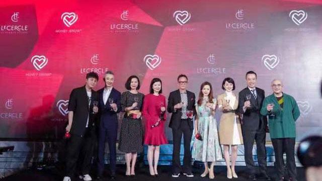 上海东方卫视6名主持人为周正毅站台。(网络图片)