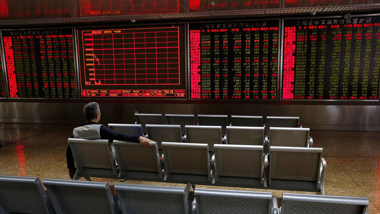 2019年5月14日,北京一家经纪公司的股票价格。上海和深圳两地股市似乎并未受到美中贸易战不利消息影响,沪深股市下跌零点七个百分比。(美联社)