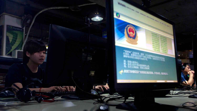 """自2018年起,中国立法全面禁止民众使用VPN(虚拟私人网路)突破网络管制连线境外网站。根据相关法律,""""翻墙""""情节严重的,会处以三年以下有期徒刑或者拘役,并处或者单处罚金。(美联社资料图片)"""