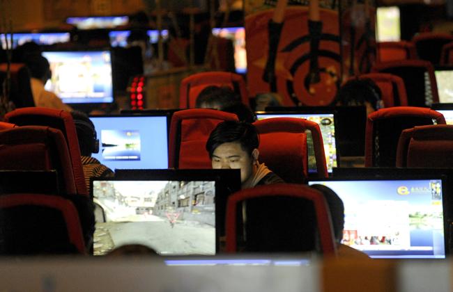 一名男子在北京网吧上网。(法新社)