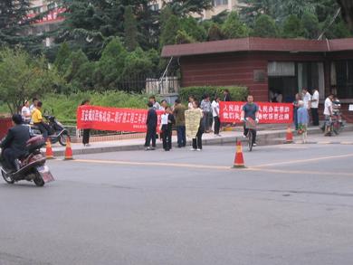 图片:咸阳失地农民代表数十人在省府门前打起红色的横幅要吃饭,要住房(志愿者提供/丁小)