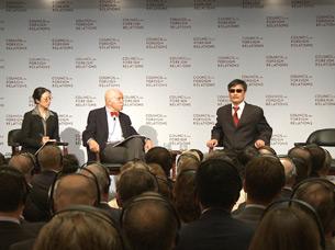 图片: 陈光诚在座谈会上发表演讲。 (记者紫荆提供)