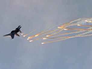 图片:据日本防卫省透露,日本航空自卫队10号中午时分发现数架中国空军的战斗机等进入了东海上空的日本防空识别区,日本航空自卫队派出那霸基地的F-15战斗机紧急升空应对。(南洲提供)