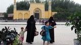 维吾尔族妇女和儿童在喀什市艾堤尕尔清真寺前的广场上(法新社图片)