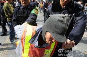 图片: 其中一名环卫工人请愿时被公安抓捕。 (新浪微博/记者乔龙)