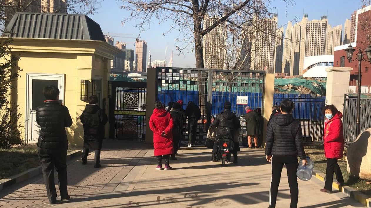 河北石家庄一小区封锁后,居民须隔着铁栅栏购买食品。(志愿者提供/记者乔龙)