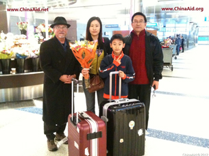 图片:2012年12月23日,郭泉的妻子和儿子抵达洛杉矶(对华援助协会)